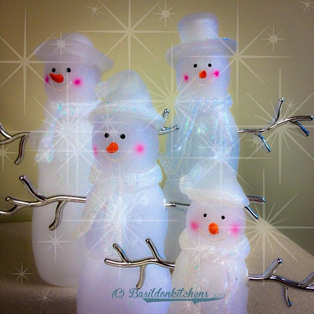 Dec 16 - makes me feel merry {I love this little snow-people family; they really do make me feel merry} #fmsphotoaday #christmas #holidays #winter #snowman #snowpeople #family #rhonnadesigns