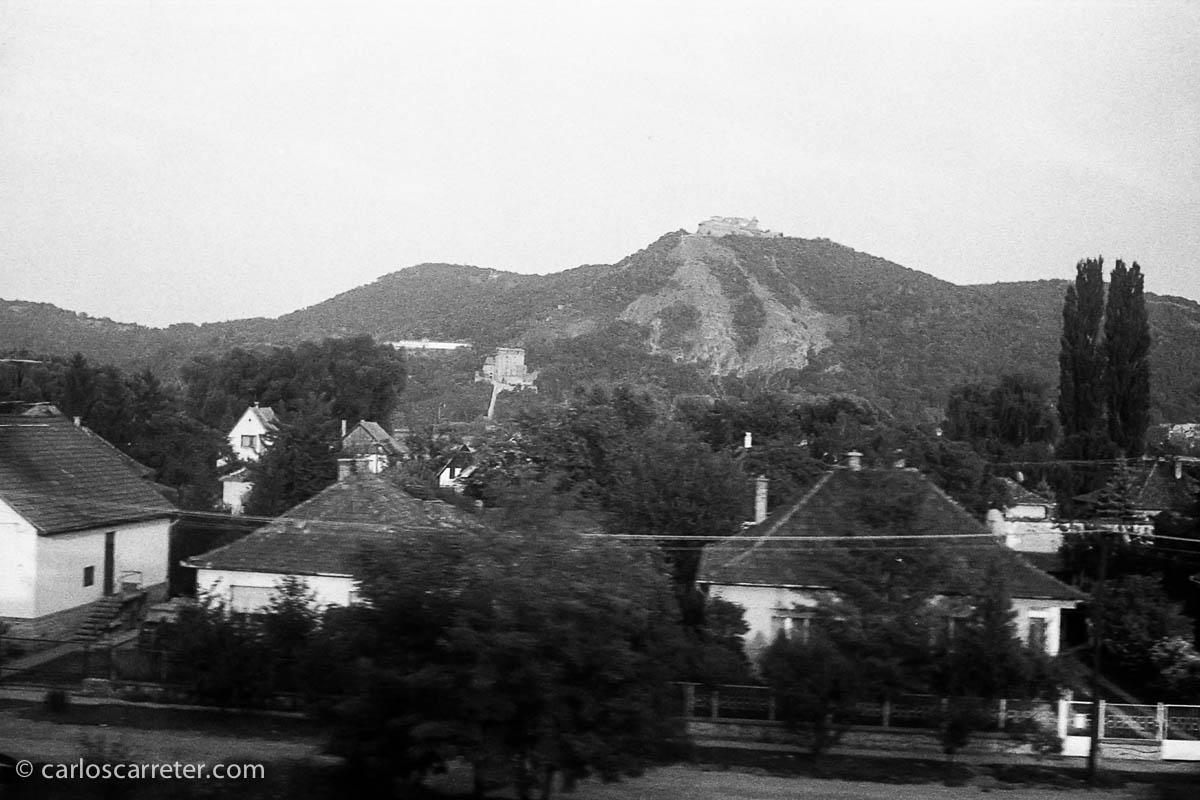 Desde el tren, el castillo de Visegrad