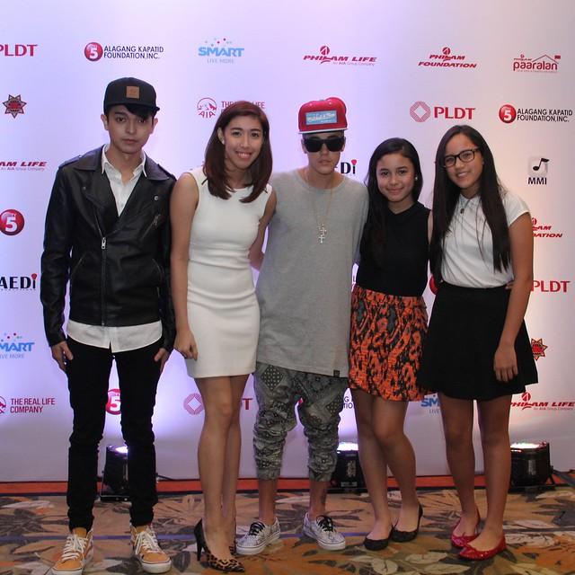 Justin Bieber with Digital Ambassadors Mikyle Quizon & Dani Barretto with Julianna Gomez and Claudia Barretto