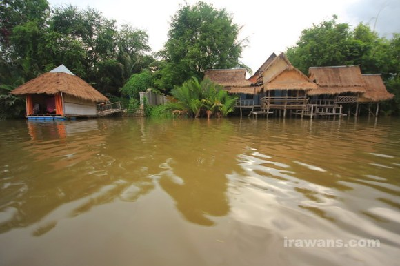 Kampot River Accommodation by the river