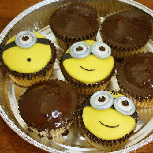 2013 06 Minion Cupcakes (1)