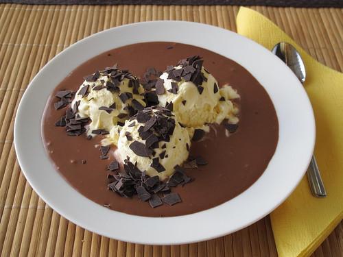 Vanilleeis mit Schokoladensoße
