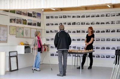 Arkitekten Ebba Hallin tar emot utställningsbesökare.