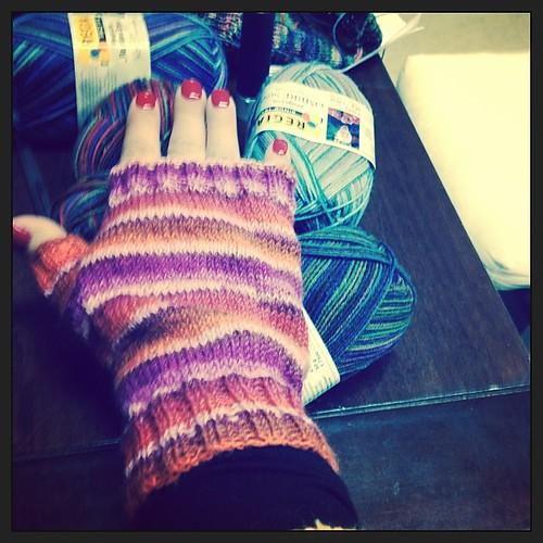 Mezziguanti #yarn #instaknit #lavoroamaglia #serialknitter #yarnsock #mittens #gloves #mitaines #fattoamano