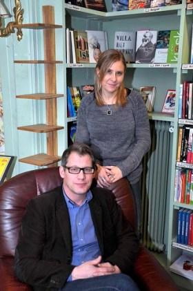 Anders Karlin lär inte få sitta ner och ta det lugnt framöver om han ska få fart på bokhandeln. Här tillsammans med Louise Malmström.