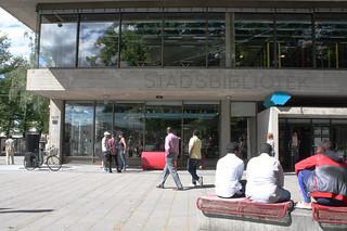Stadsbilden har fått tre nya tillskott vid biblioteket.