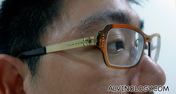 Glossy frame that gives a different colour from different angles