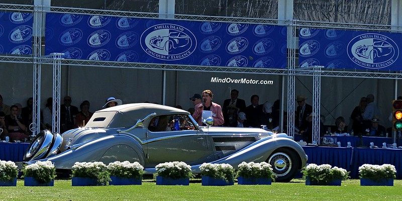 1937 Horch 853 receiving an award