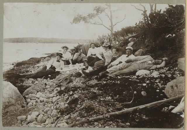 Suvitajad rannas piknikut pidamas / Vacationers picnicking on the beach