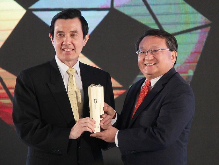 新HTC One獲得來自世界各國評審的肯定,並由總統馬英九先生親自頒發台北國際電腦展金質獎最高殊榮。(1)