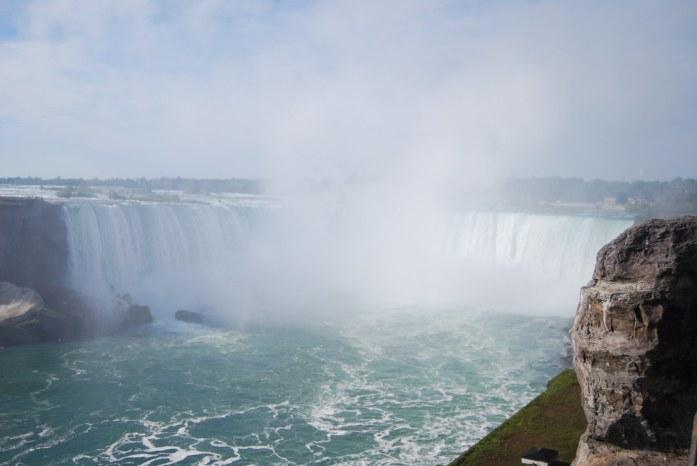 Vistas de las Cataratas del Niagara desde el paseo junto al agua