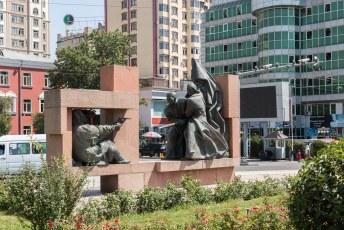 Het Ayni plein in Doesjanbe, met monumenten om WOII te gedenken.