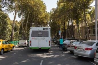 De trolleybussen hebben achterop iemand die de pantograaf telkens moet binnenhalen.