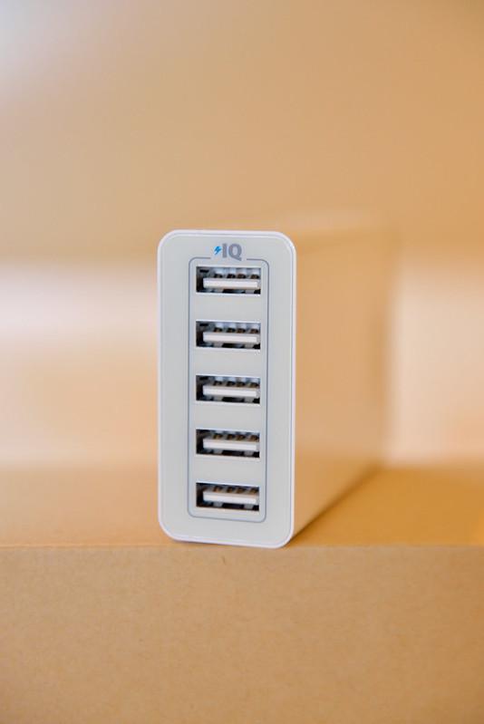 【ANKER 5-Port USB 充電器本體】有五個 Port,還有所謂 PowerIQ 的功能,可自動切換 1A 或 2A 的充電電流,以後出國只要帶這一個就夠了