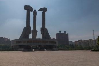 Ik had er op aangedrongen dat we op de vertrekdag nog even langs het monument ter ere van de oprichting van de arbeiderspartij zouden rijden.