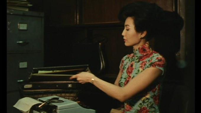 香港の旗袍 : 1960年代に領が高かった。 仕事中の蘇麗珍。