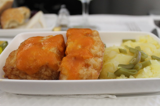 Bacalao rebozado con salsa vizcaína, patata machacada y judías verdes