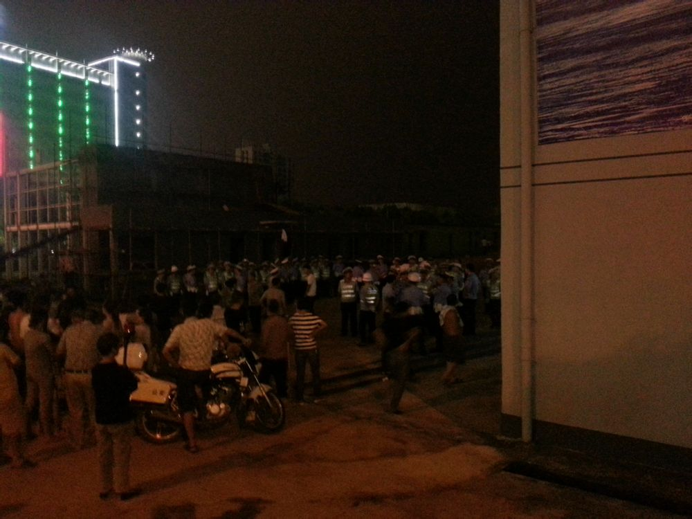 湖南省邵阳市江北广场交警暴力执法被围堵