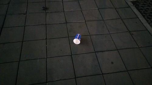 เมื่อคุณเห็นแก้วเปล่าถูกทิ้งอยู่บนถนน สิ่งแรกที่แง้บเข้ามาในหัวของคุณคืออะไร?