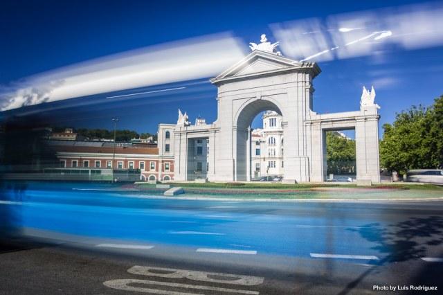 Puerta de San Vicente y autobús