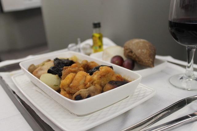 Guiso de pollo de corral con cebollitas, boletus y ciruelas