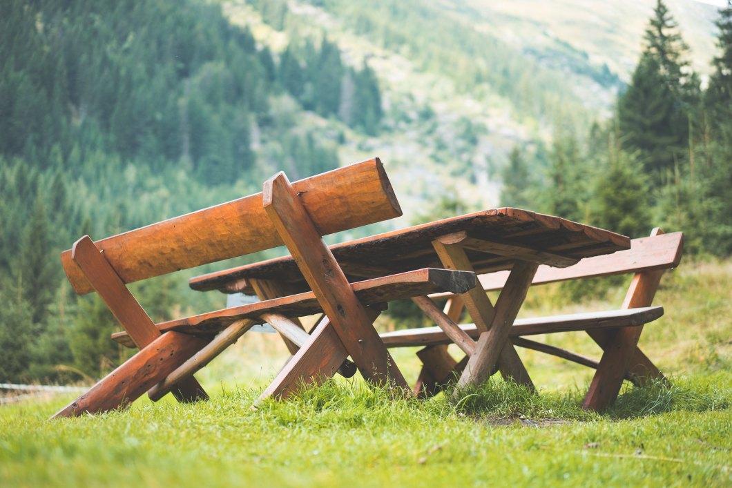 Imagen gratis de una mesa de picnic marron en la naturaleza