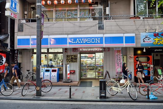 【道頓堀飯店對面的 Lawson】飯店大門口正對面就是一家 Lawson,可以取貨或是用 Loppi 買票,相當方便