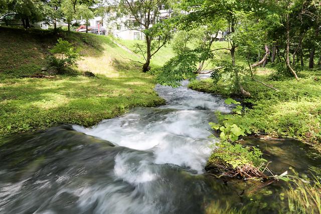 流れる小川