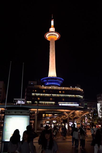 【京都塔】夜裡從車站看向京都塔的樣子