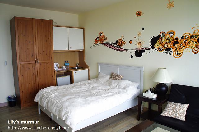 我們的房間,簡單但乾淨舒適,另外一面則是一整面的落地窗。