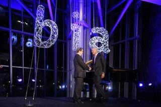 Norman Foster recibe el premio BIA de manos de Jesús Cañada, presidente de la delegadión en Bizkaia del Colegio de Arquitectos Vasco-Navarro.