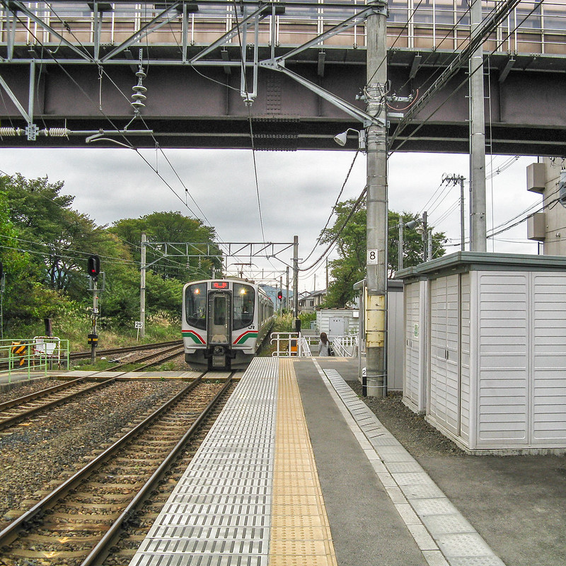 A train arriving at Ayashi Station