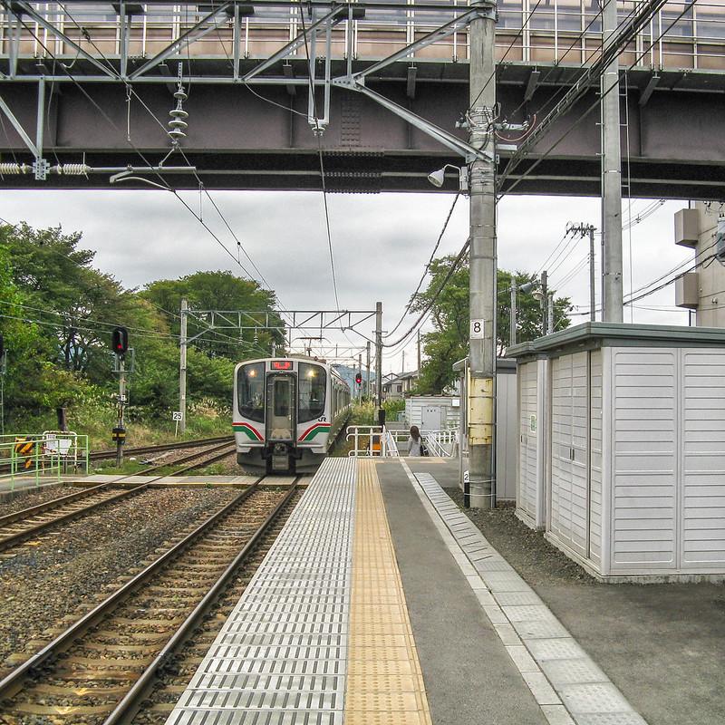 A train arriving at Ayashi Station