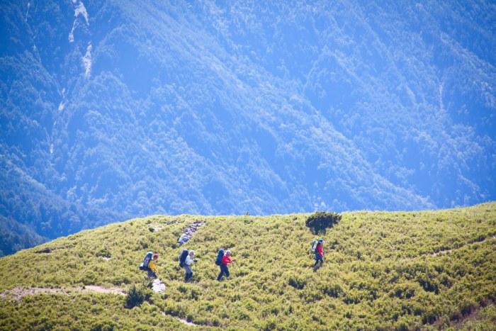 看其他隊伍走在陵線上,後面還搭配著其他的大山,這是種美麗的畫面!