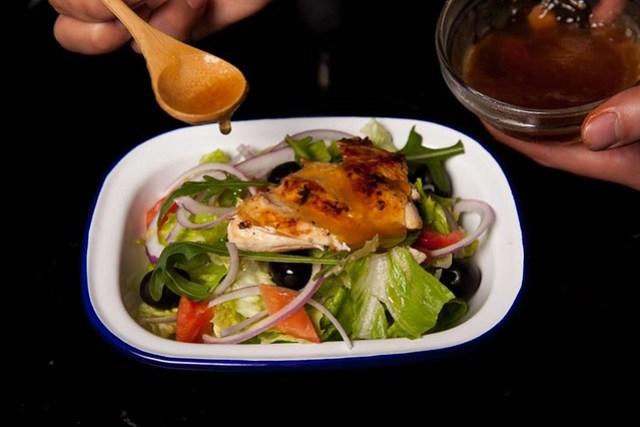 SOUP STAR星高湯的主廚食譜:「嫩煎雞肉佐雞高湯精凍油醋沙拉」,最後把雞湯凍淋在沙拉上增味。
