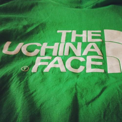 暑いし、 THE UCHINA FACE のTシャツ着るかね。沖縄名物?のインチキデザイン。(笑) これ作ってる兄ちゃんは、普通に他のデザインもセンスよかったな。土産に二枚買ったら、一枚タダでくれたんで、自分用にもらったやつ。