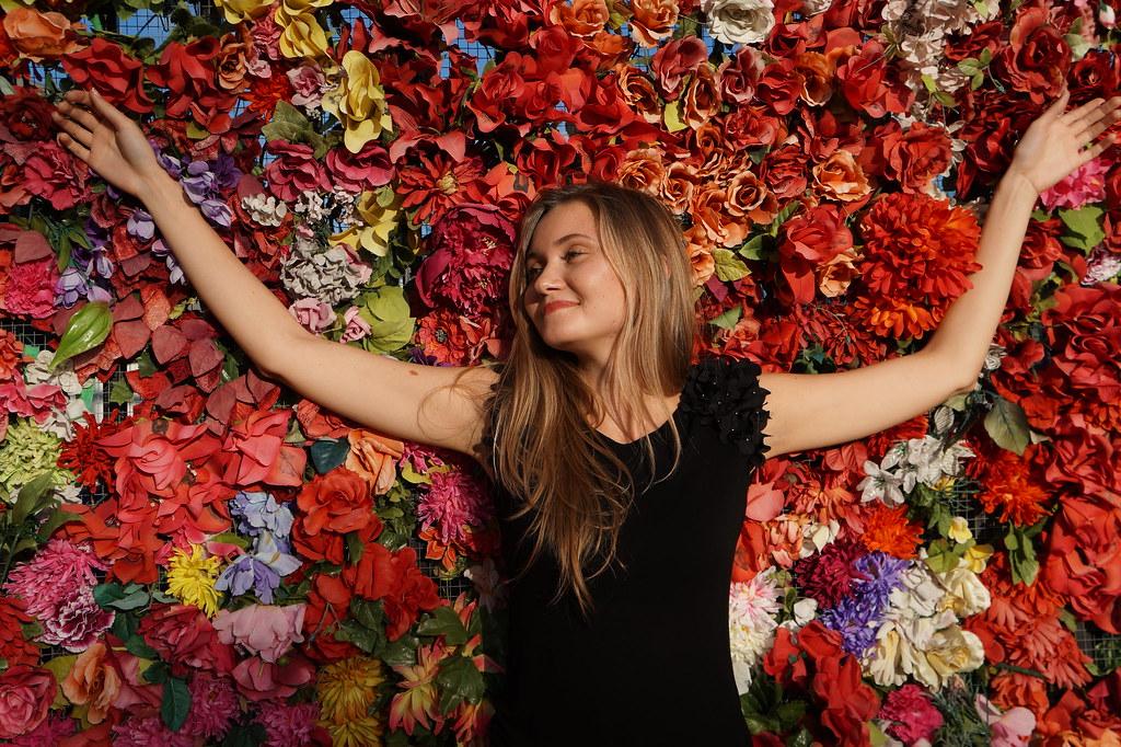 Imagen gratis de una chica tumbada sobre flores