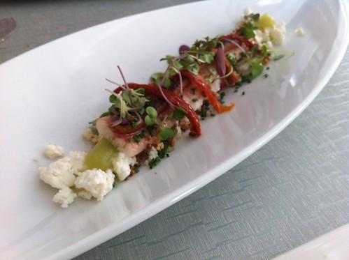 Comer en Chamberí: Anguila ahumada con ricotta, tomates secos, brotes tiernos y quinoa crispy, en 'Bacira'