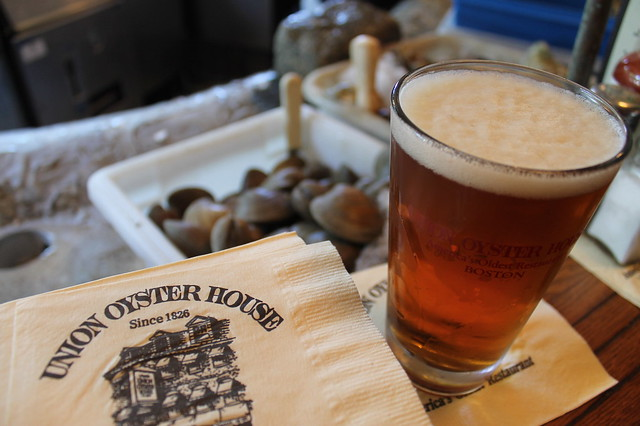 Comer en Boston: Cerveza en la barra de 'Union Oyster House' (Boston)