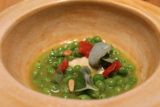 Guisantes estofados, rúcula y sisho verde, de Ricard Camarena