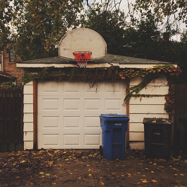 This just feels like autumn in Chicago to me. This is in a back alley near the Damen Brown line stop. {#vscocam #basketball #lincolnsquare #igerschicago #chihood #autumn #fall}