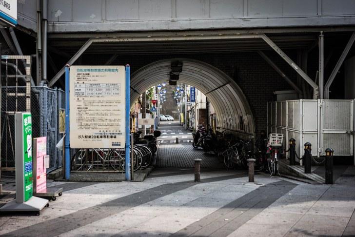 【α7R】ガード下の向こう側(京急汐入駅)
