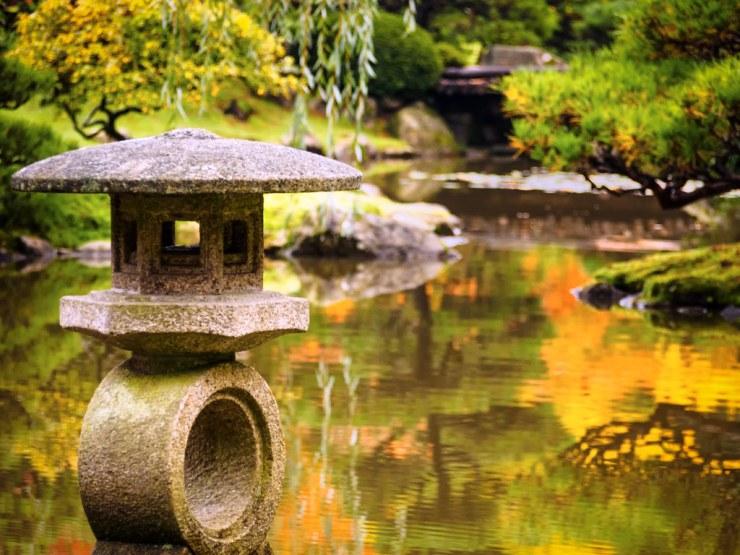Sten lanterne og dammen