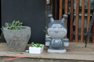 CIMG0976 Estatuillas curiosas en la Calle de tiendas hacia el Tenmangu (Dazaifu) 12-07-2010 copia