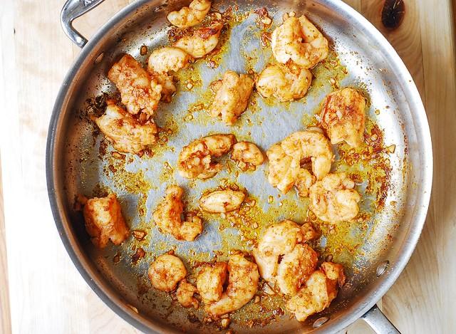 cocinar los camarones en salsa de mantequilla de ajo, pasta de mantequilla de ajo, ajo pasta de camarones