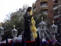 2005. Paso de San Juan Evangelista ante la Fuente de la Constitución.