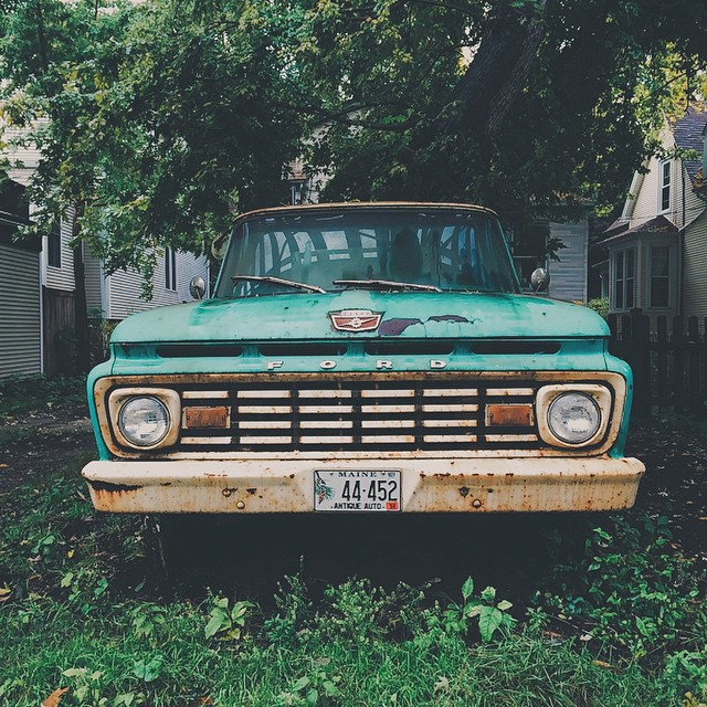 Wonder when the last time this guy was driven. It's currently parked under the brown line.{#vscocam #ford #truck #lincolnsquare #igerschicago}