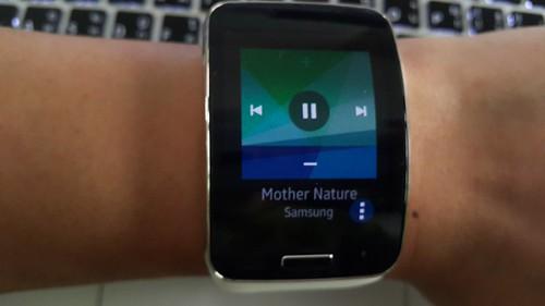 สามารถดาวน์โหลดเพลงมาลง Galaxy Gear S แล้วเล่นได้เอง