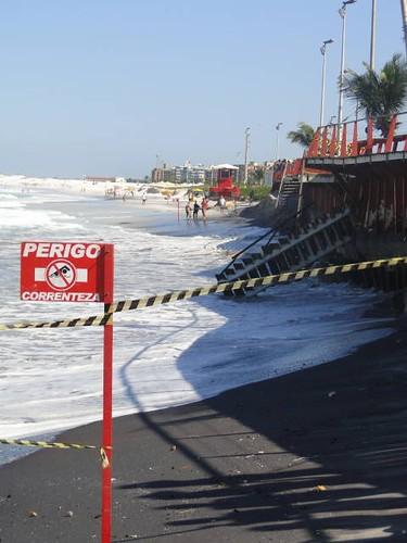Um trecho da Praia do  Forte está interditado (foto: Blog do Totonho)