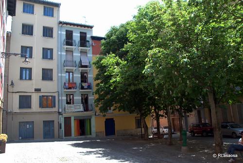 Fachadas de edificios de viviendas en la calle Dos de Mayo